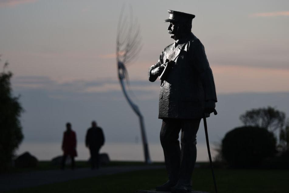 Die mannshohe Statue von Graf von Zeppelin in Friedrichshafen.