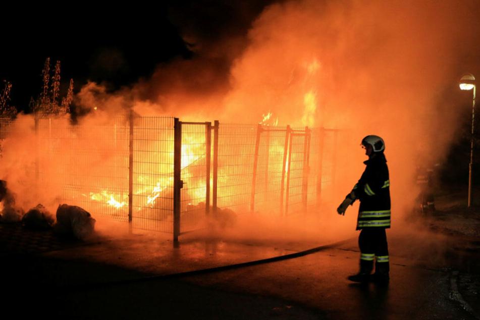 Mehrere Müllcontainer gingen in der Riethstraße in Flammen auf.