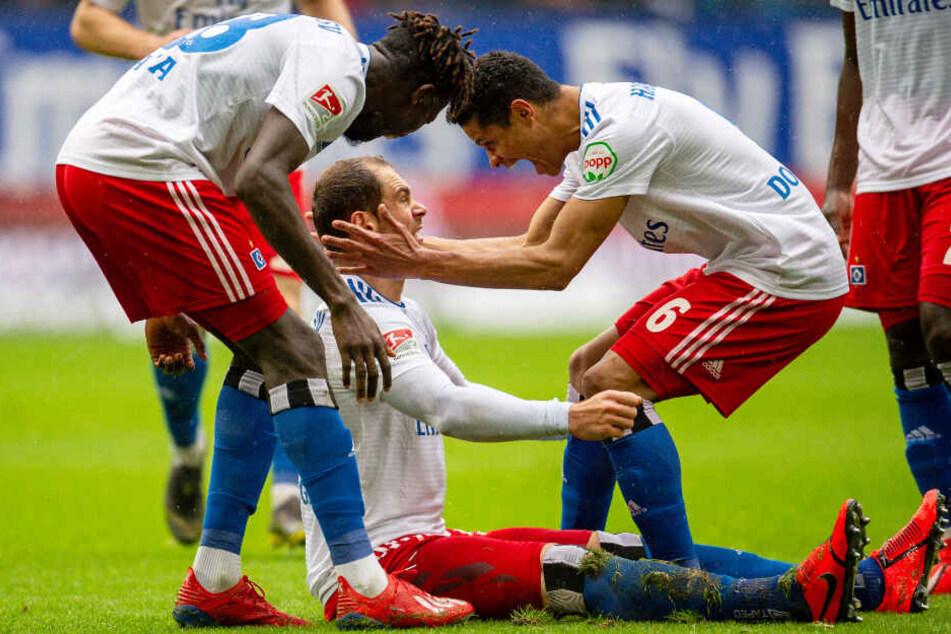 Douglas Santos (rechts) und Bakery Jatta (links) jubeln mit Pierre-Michel Lasogga über dessen Treffer zum 2:0.