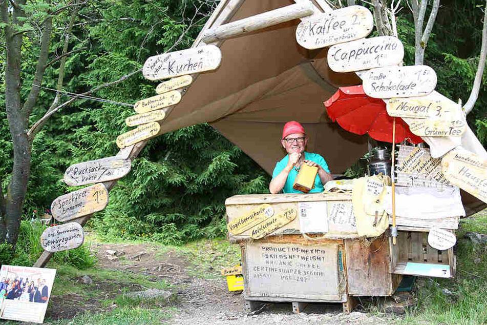 Hereinspaziert in Deutschlands kleinstes Café: Auf knapp fünf Quadratmetern  ist Steffen Konkol der Wirt im  Wald.