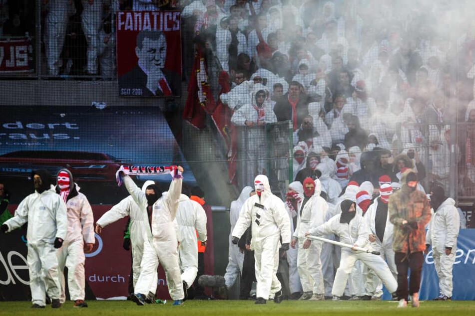 """2015 hatten die Ultras der """"Boyz"""" einen Platzsturm in Mönchengladbach durchgezogen. Danach trennte sich der 1. FC Köln von dem Fan-Club."""