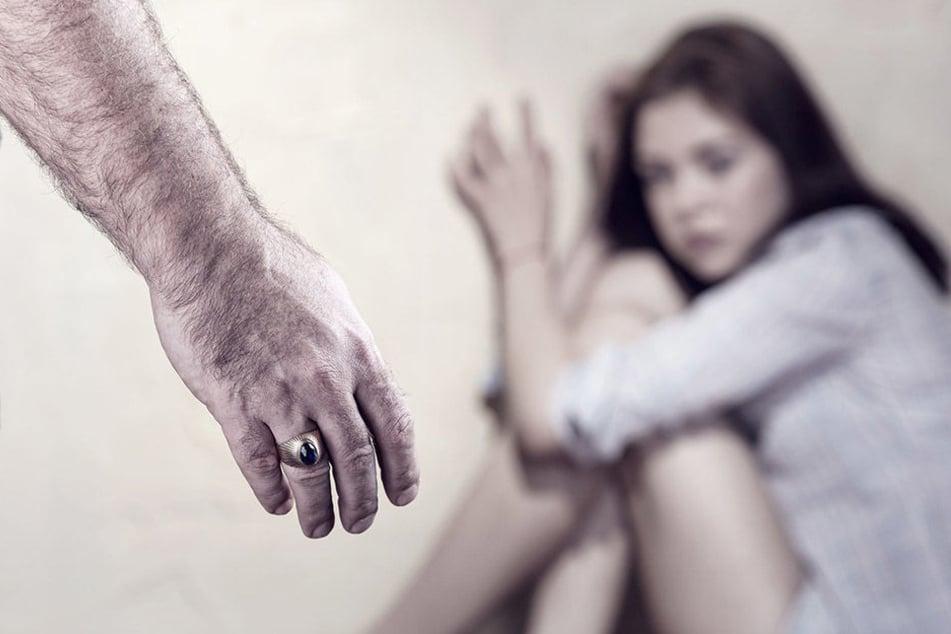 Der maskierte Täter stürmte der Wohnung der 27-Jährigen und fiel über sie her. (Symbolbild)