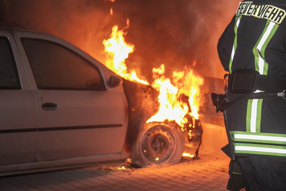 An Wohnhaus geparktes Auto fängt plötzlich Feuer