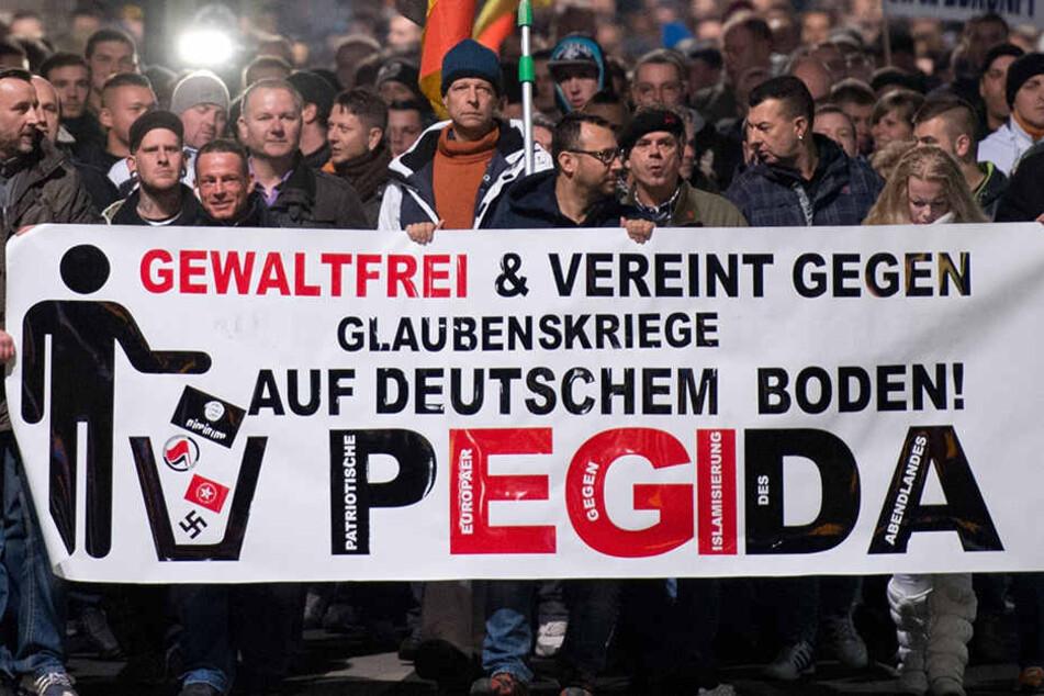 Im Jahr 2016 verzeichnete die Behörde 824 Anmeldungen! Die vielen Pegida-Demos und Gegenproteste spielen hier in die Statistik