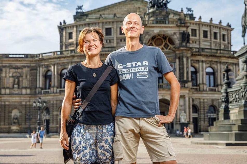 Annett Hartel mit ihrem Mann Michael (beide 47) vor der Semperoper - die wollten sie schon immer mal live sehen.