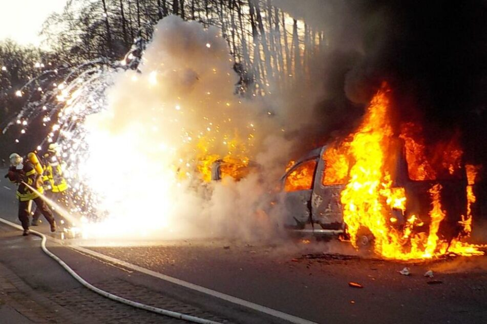 Autos brennen nach schwerem Crash voll und ganz aus