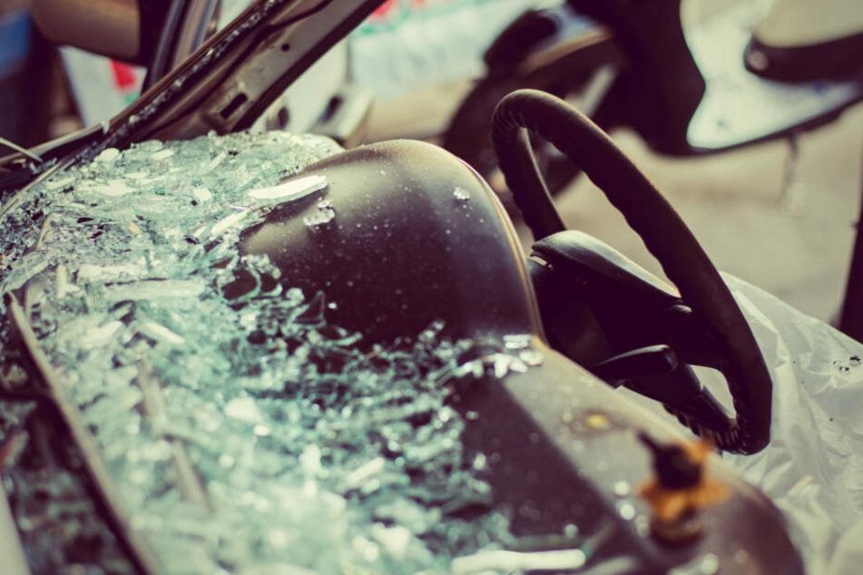 Am Ende der rücksichtslosen Fahrt setzte der Fahranfänger sein eigenes Auto noch gegen einen Ampelmast. (Symbolbild)