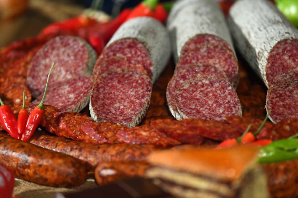 Eine Salami dieser Art könnte es gewesen sein, welche ein junger Mann aus einem Supermarkt klauen wollte. (Symbolbild).