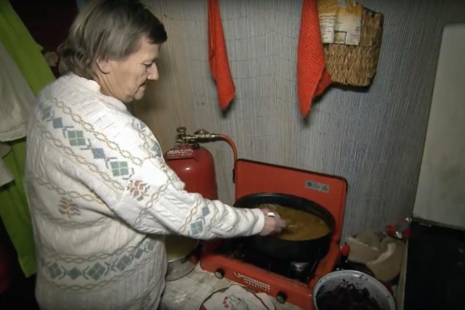 Mutter Karin bei der Zubereitung des Festmahls an Heiligabend. Es gibt Kasslergulasch, Rotkraut und Klöße. Am ersten Feiertag kredenzt die 17-fache Oma Gans.