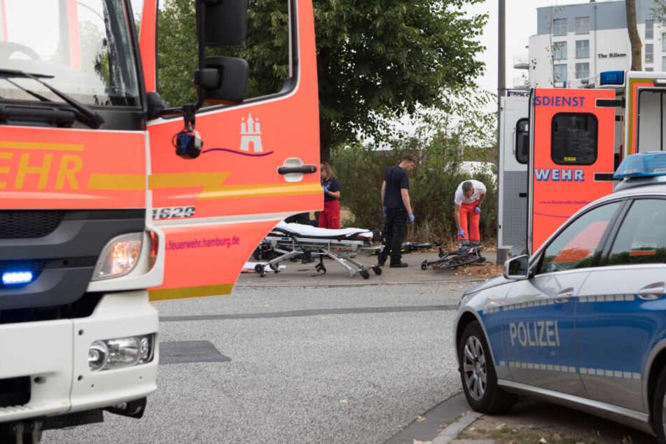 Die Einsatzkräfte der Polizei und Feuerwehr am Unfallort.