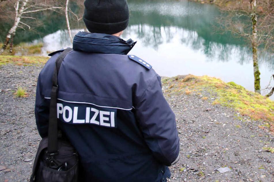Nach dem Fund der Leiche suchte die Polizei nach Spuren an dem See bei Lehesten.