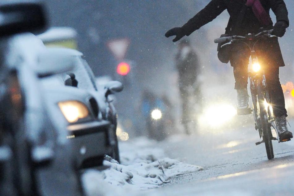 Teils rutschige Wege machen das Radlerleben im Straßenverkehr noch gefährlicher. (Symbolbild)