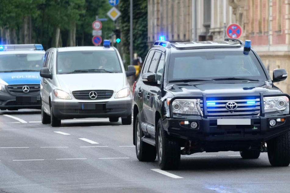 Mit Polizeieskorte wird jeder einzelne Angeklagte vom Gefängnis zum Gerichtsgebäude und wieder retour gefahren.