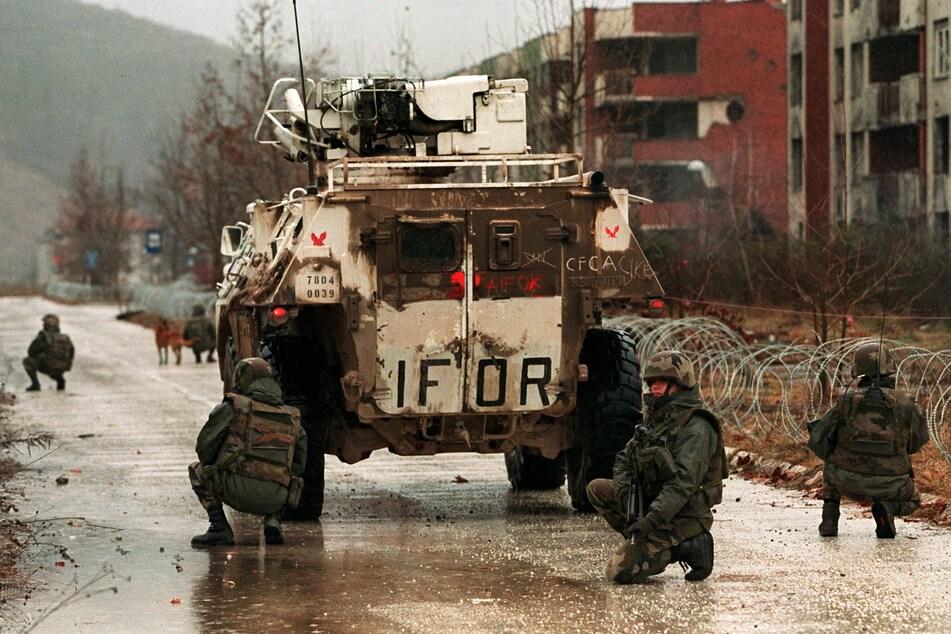 1992, im Alter von 26 Jahren, reiste Niedringhaus erstmals nach Sarajevo, um über den Jugoslawien-Krieg zu berichten. Drei Jahre lang nahm sie - mit Unterbrechungen - an Einsätzen in dem Kriegsgebiet teil. 1995 entstand dabei dieses Bild von französischen Soldaten der Internationalen Friedenstruppe Bosnien (IFOR) im Stadtteil Dobrinja in Sarajevo.