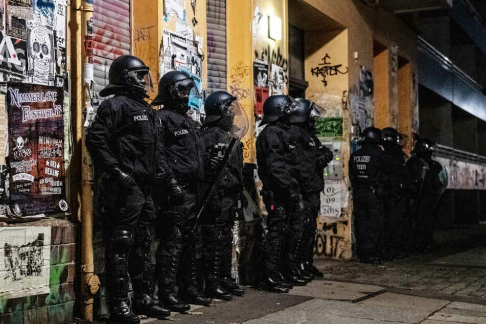 Im Visier der Polizei seien sieben Verdächtige, die im Mai einen Mann in einem Kreuzberger Spätkauf angegriffen haben sollen.
