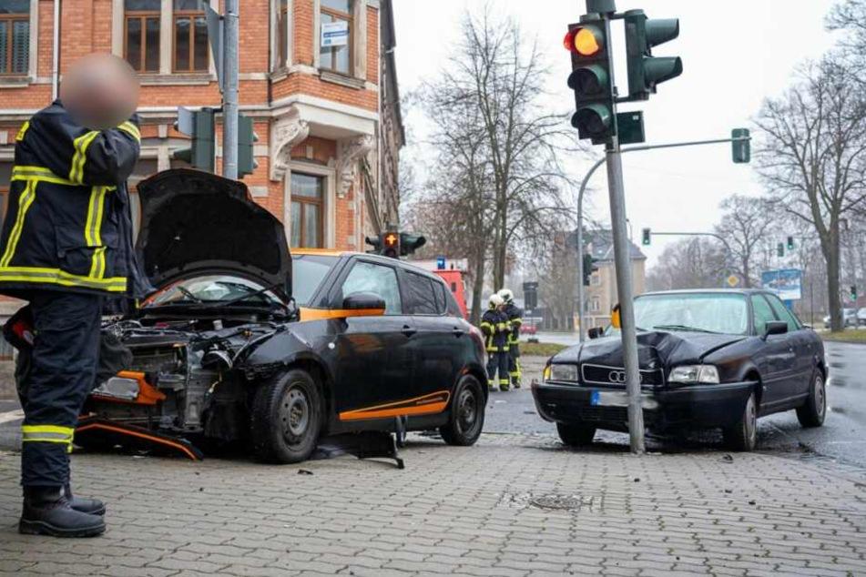 Schwerer Kreuzungscrash: Audi kracht gegen Ampel