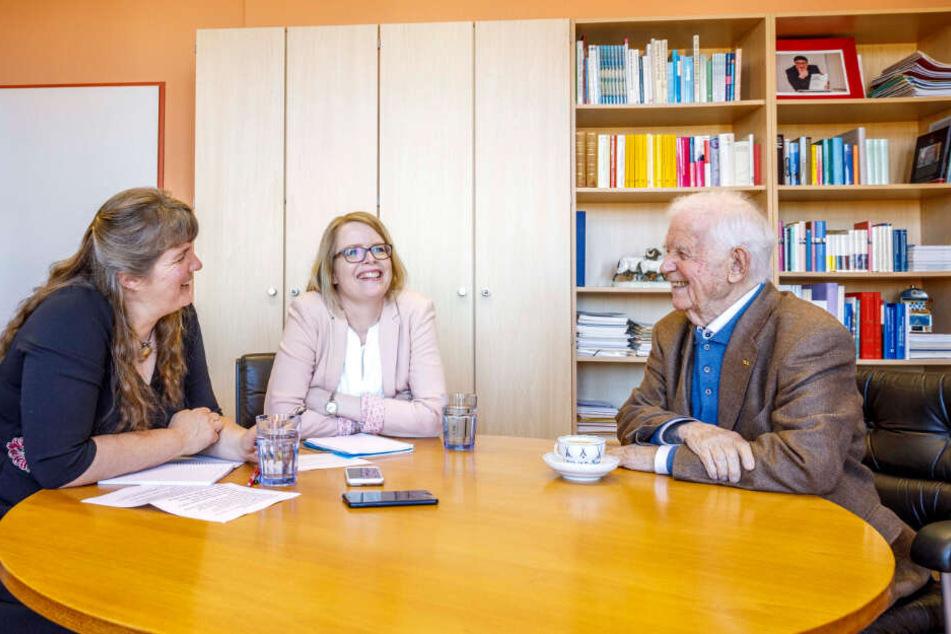 Der Politiker im Gespräch mit den Redakteurinnen Juliane Morgenroth (M.) und Pia Lucchesi (l.).