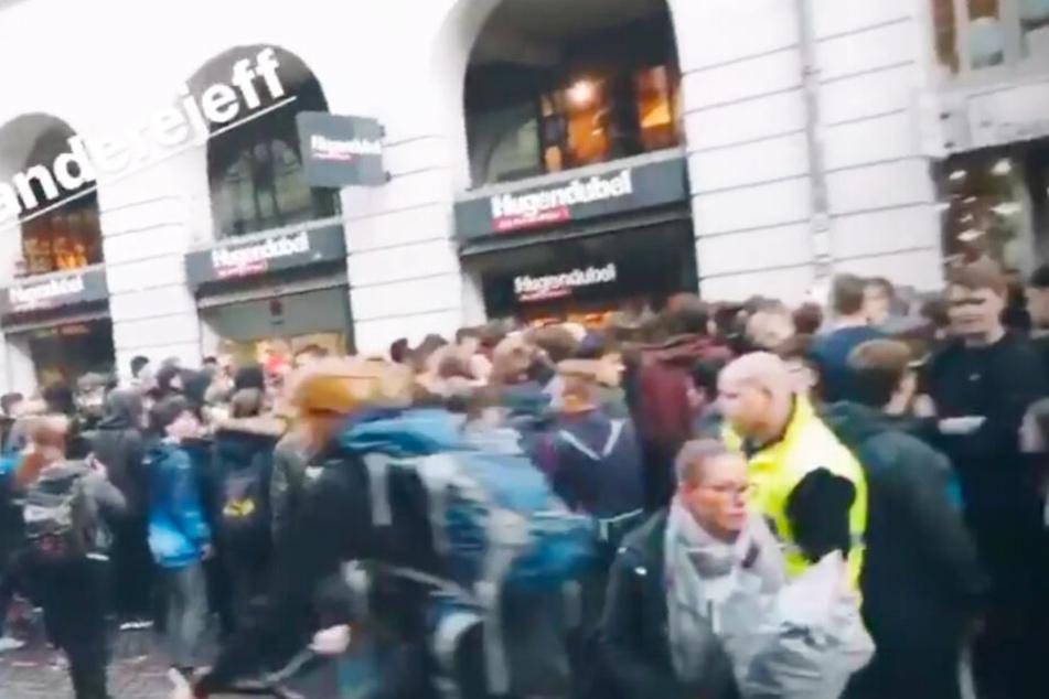 Vor der Buchhandlung in Lübeck warteten Tausende Fans auf den YouTuber.