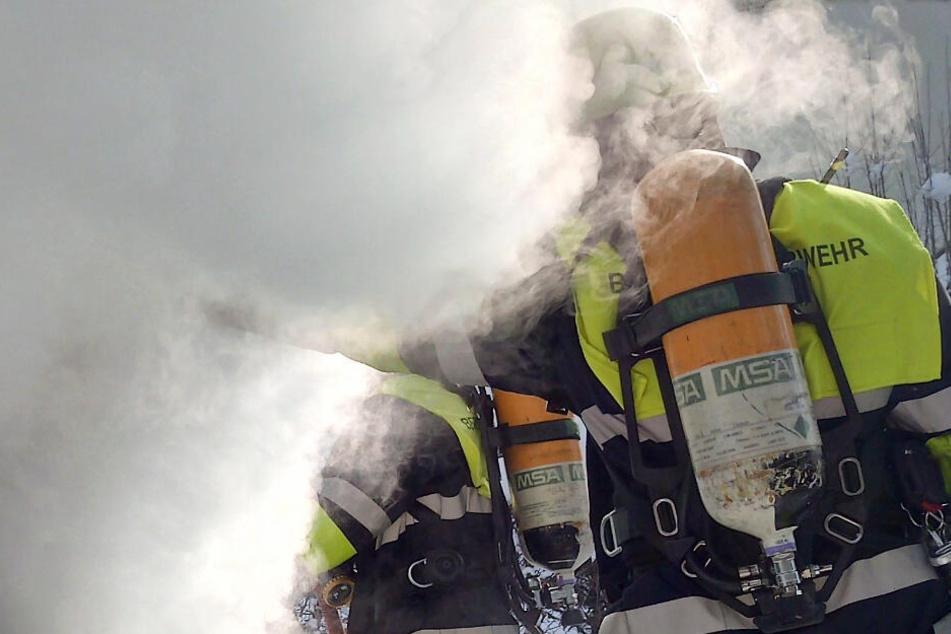 Feuerwehr rettet 35 Menschen aus brennender Obdachlosen-Unterkunft