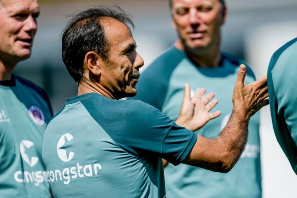 Trainer Jos Luhukay bittet zur ersten Einheit der Rückrunde.