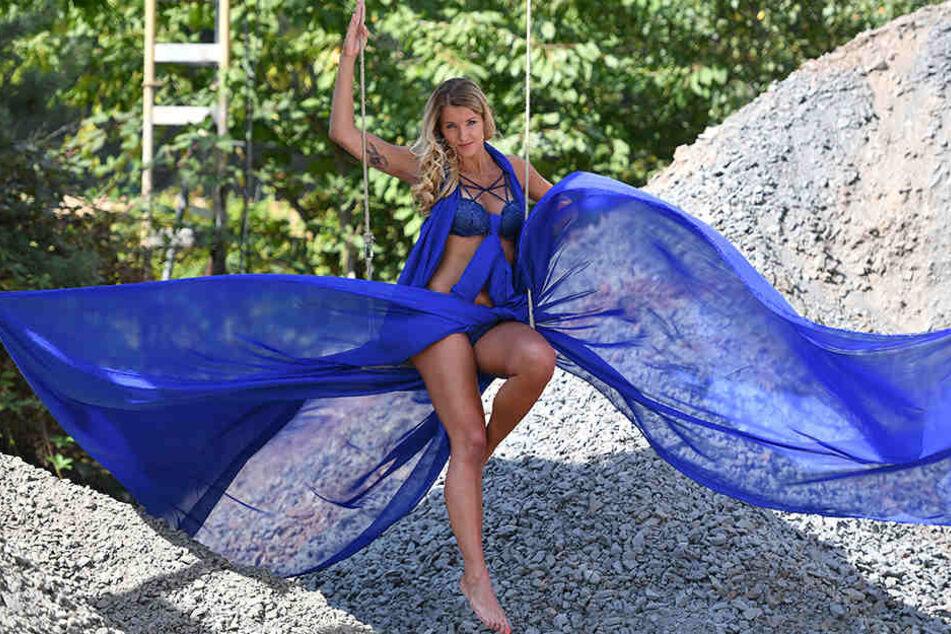 Unter dem blauen Chiffon ließ Volleyballerin Mareen Apitz (30) für den DSC-Kalender viel Haut blitzen