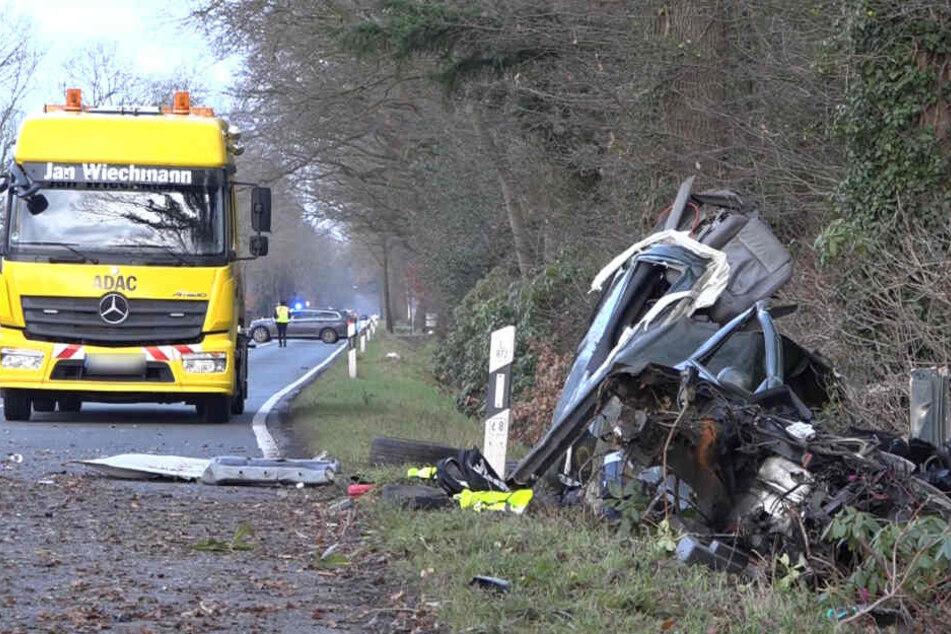 Das in mehrere Teile zerrissene Unfallwrack liegt am Straßenrand neben der Hatter Landstraße.