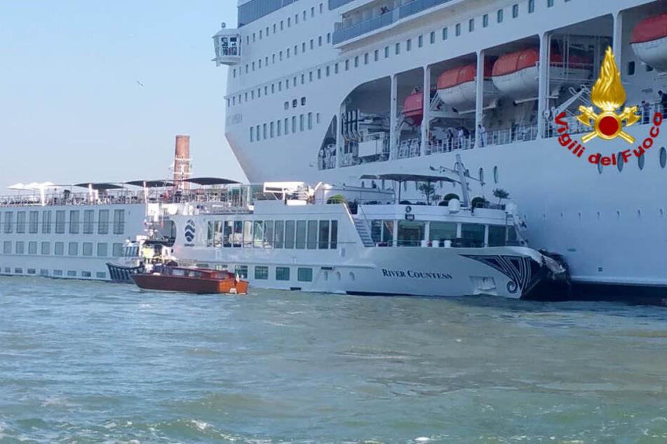 Das Kreuzfahrtschiff kollidierte mit dem Touristenboot.