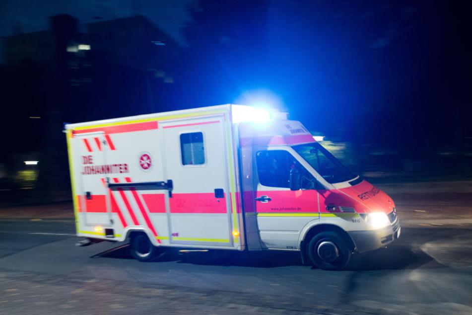 Ein Rettungswagen brachte den 21-Jährigen in eine Klinik (Symbolbild).