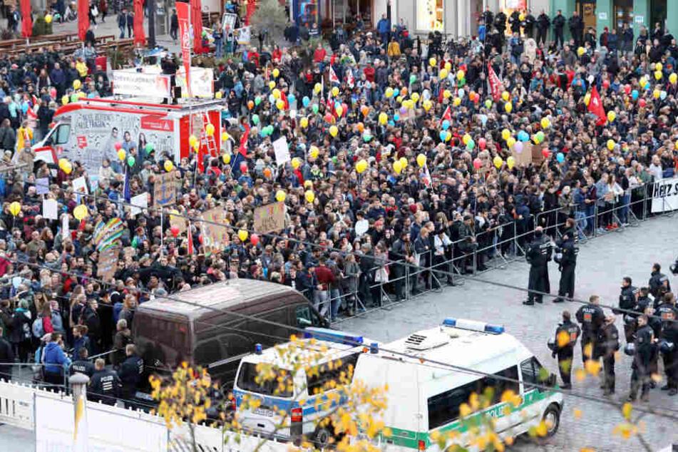 Ein massives Polizeiaufgebot trennte AfD-Anhänger und Gegendemonstranten auf dem Neuen Markt in Rostock.