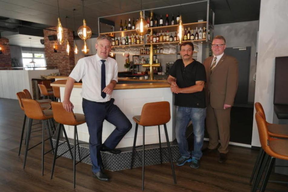 Atilla Horoz (Mitte) zeigt Bürgermeister Michael Berens (l.) und Wirtschaftsförderer Thomas Westhof (r.) das Werk 7.