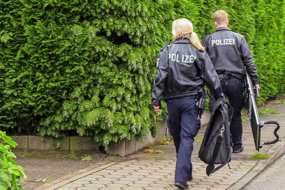 Polizeibeamte am Einsatzort in Hamburg-Hausbruch.
