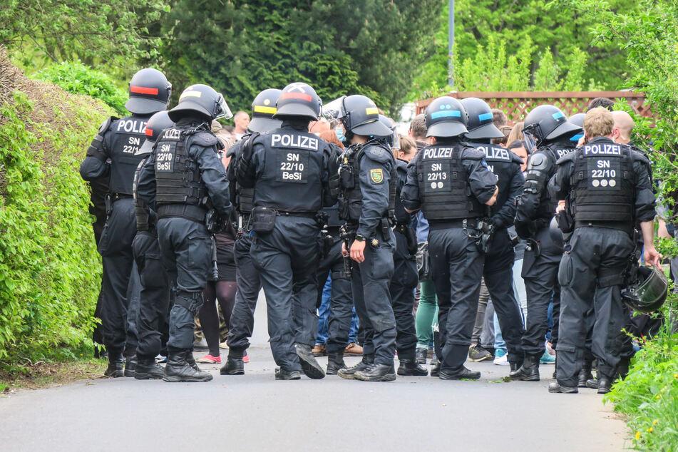 In der Breiten Straße in Zwönitz wurde der Montagsspaziergang gestoppt. Polizisten bildeten eine Barriere, um die Personalien der Teilnehmer aufzunehmen.