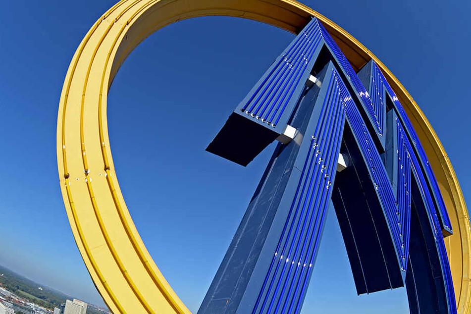 1972 hat man 180 Meter gelbe und 398 Meter blaue Röhren verlegt. Seitdem erleuchtet das Messe-M allabendlich Leipzig.