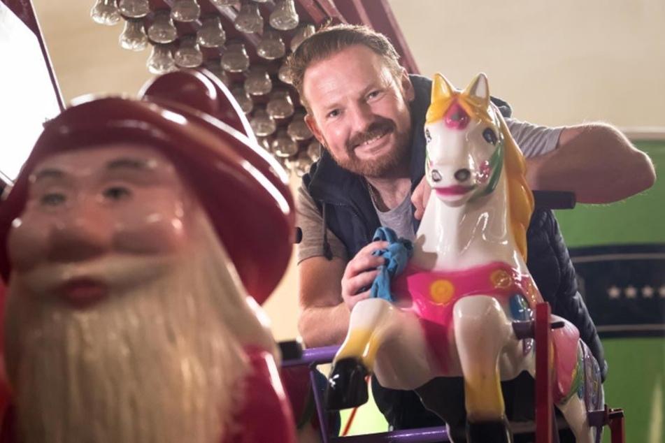 Schausteller Rico Illgen (41) putzt das Kinderkarusell, das noch in der Halle steht.