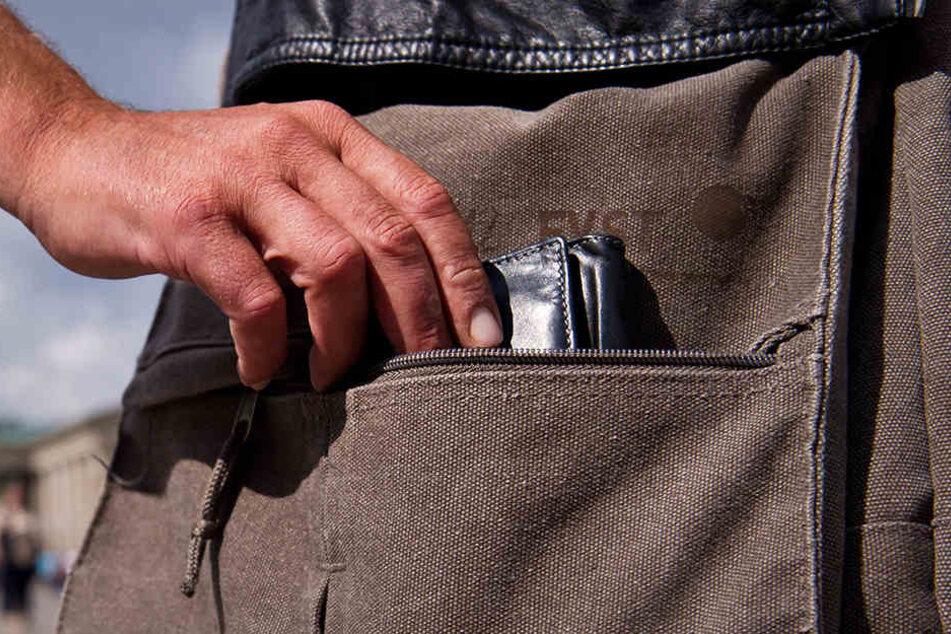 Im Johannapark raubten zwei Unbekannte einer 80-Jährigen ihre Handtasche. In Connewitz klauten Diebe die Geldbörse einer 28-Jährigen (Symbolbild).