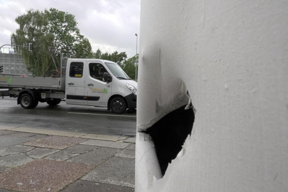 Die Explosion war so heftig, dass auch eine Litfassäule beschädigt wurde.
