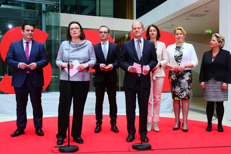 SPD-Chefin Andrea Nahles (2. v. li.) mit der neuen Ministerriege der Sozialdemokraten.