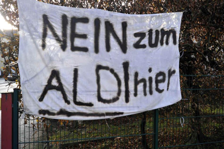 Plakat mit klarer Botschaft: Anwohner fürchteten im Falle eines Aldi-Umzugs ein höheres Verkehrsaufkommen auf der Bornaer Straße.