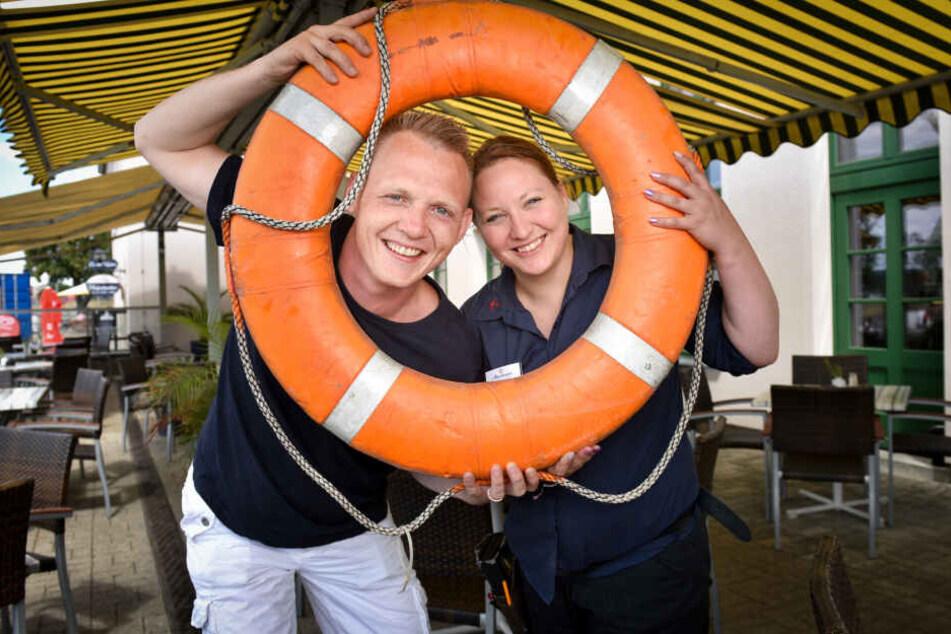 """Wirt Thomas Kian-Zenker (35) und Kellnerin Anja Drobisch freuen sich auf neue Gäste im """"Alberthafen""""."""