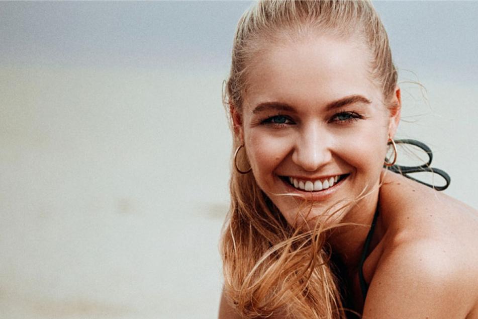 Bachelor-Kandidatin Svenja aus Mörfelden-Walldorf in Hessen lächelt in die Kamera.