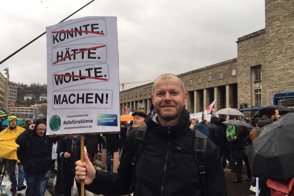 """Stefan Marquardt steht vor dem Hauptbahnhof während des """"Klimastreiks""""."""