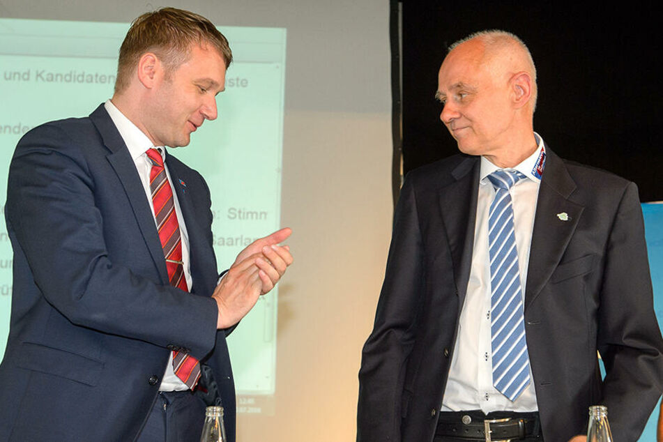 Der AfD-Abgeordnete Rudolf Müller erhält Beifall von André Poggenburg.