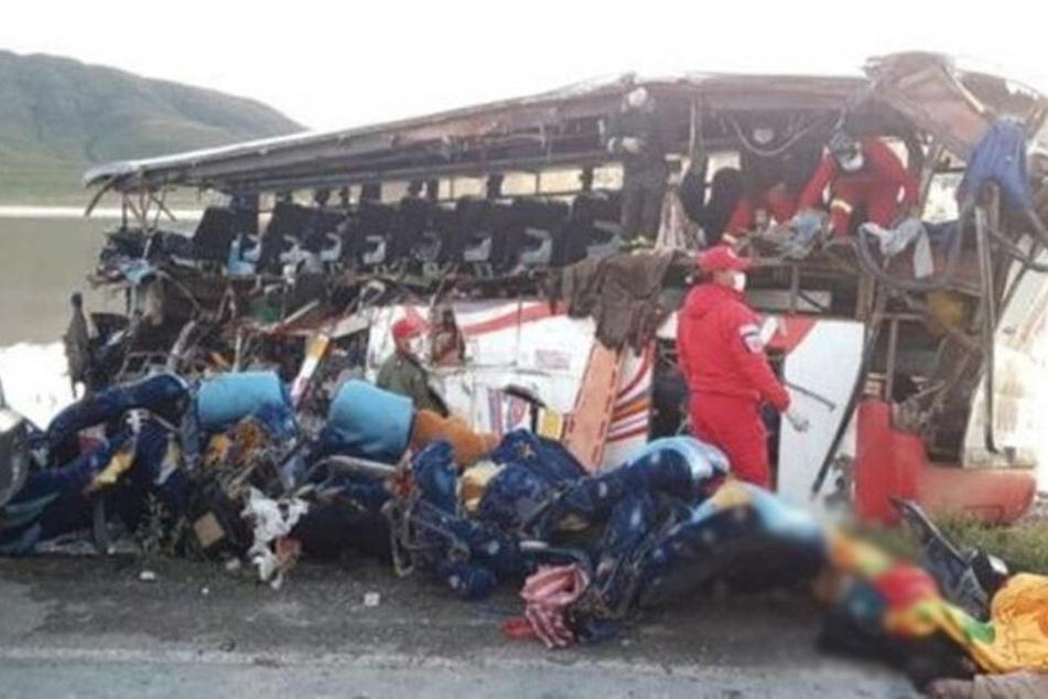 Der Bus ist völlig zerstört.
