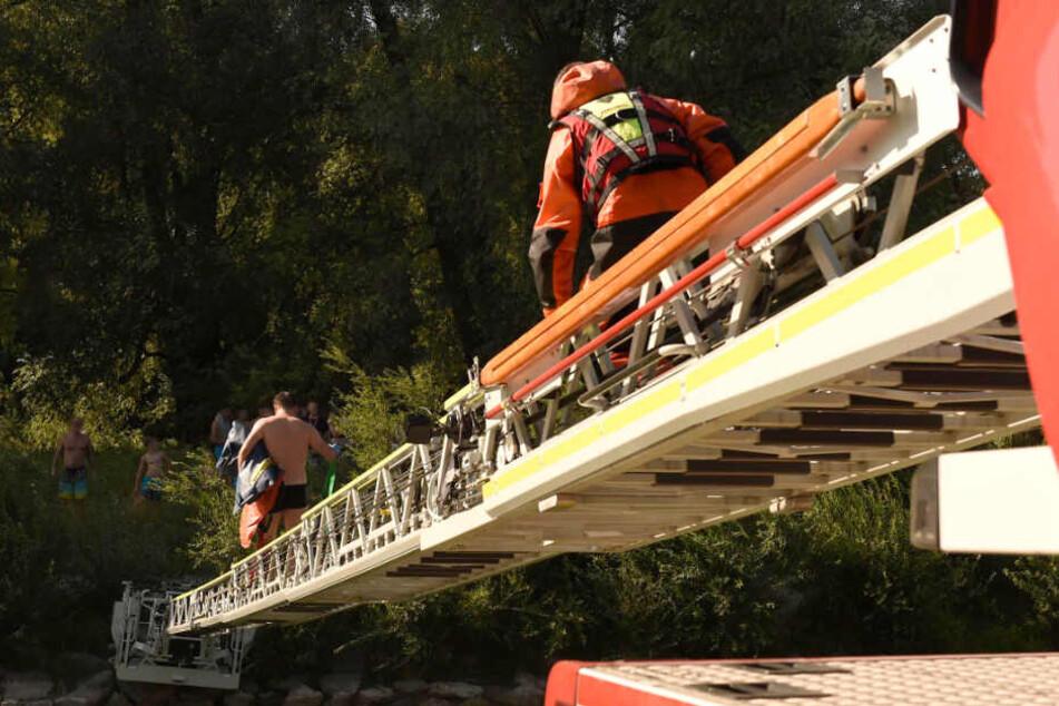 Die Feuerwehr legte eine Drehleiter über die Isar.
