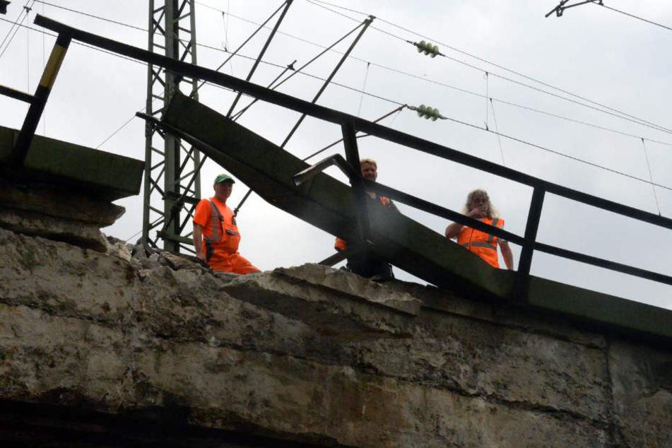 Lastwagen bleibt unter Brücke hängen und legt Zugverkehr lahm