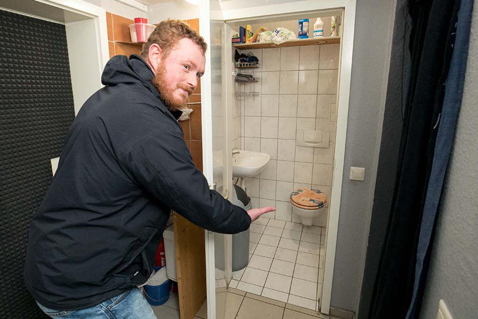 """Nach ein paar Drinks ist Robert (27) froh über das """"nette"""" Laden-Klo, das auch Nicht-Kunden auf die Schüssel lässt."""