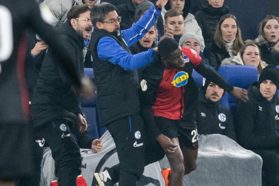 Jordan Torunarigha geriet während der Partie mit Schalke-Trainer David-Wagner aneinander.