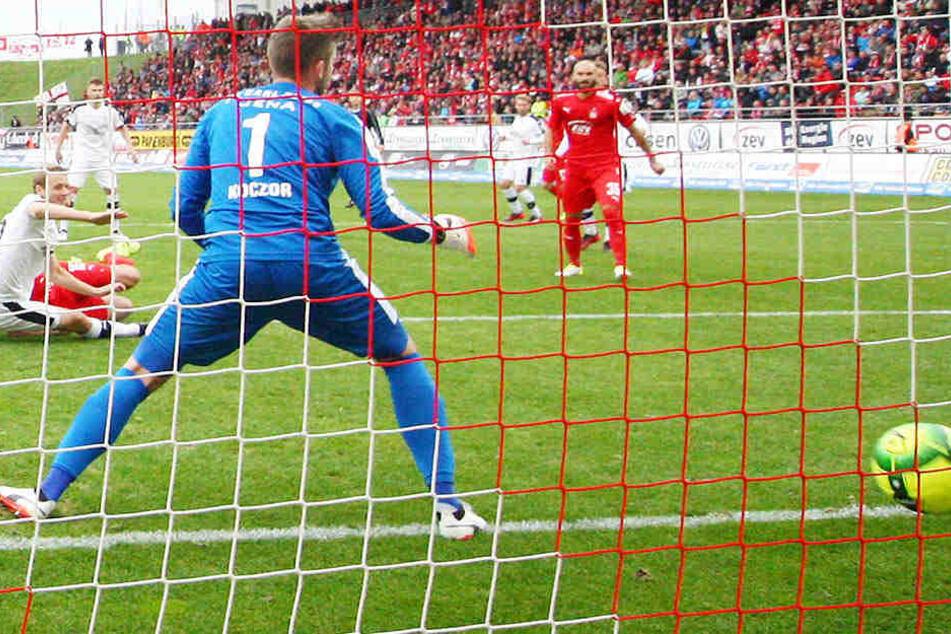 Nach dem 2:1-Siegtor von Ronny König gegen den FC Carl Zeiss Jena zappelte der Ball im Netz.