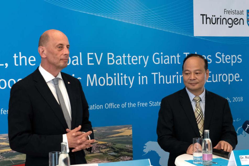 Thüringens Wirtschaftsminister Wolfgang Tiefensee mit CATL Vorstandvositzendem Robin Zeng (re.) bei der Vorstellung der Pläne für die Firma.