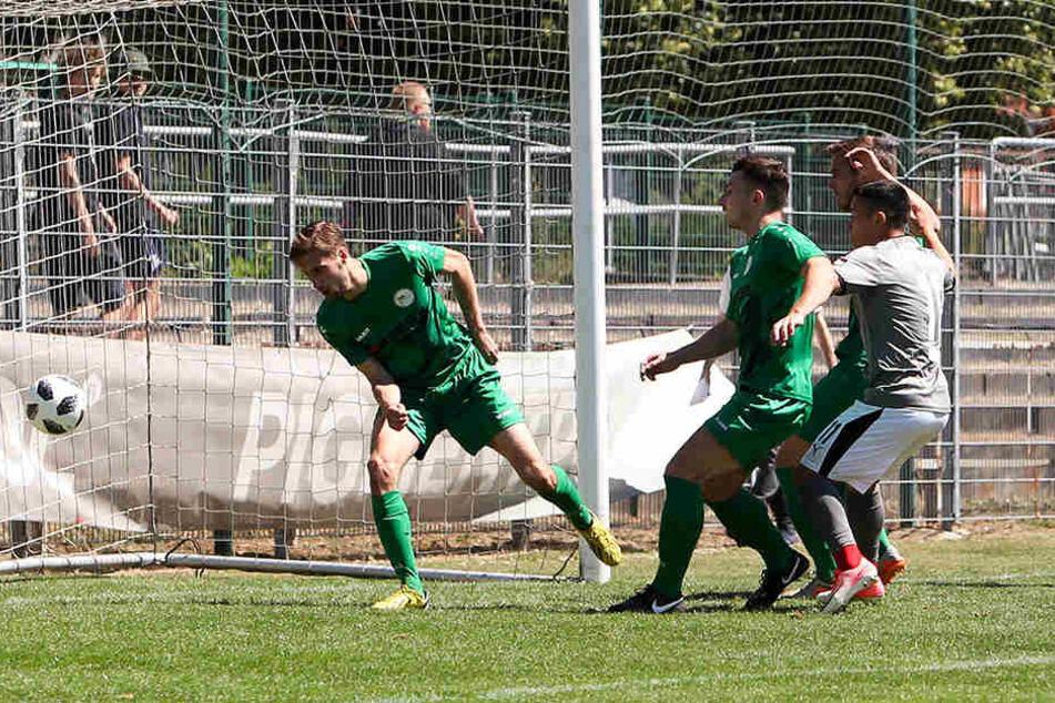 Manolo Rodas erzielt den Zwickauer Führungstreffer.